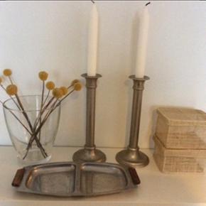 Boligting: - Glasvase: h: ca. 17 cm. Ø: ca. 15 cm., 20 kr. (Uden blomster)➡️solgt❗️  - 2 jern/sølv lysestager h: ca.24 cm., sælges samlet til: 45 kr. (Uden lys) ➡️solgt❗️  - 2 små fletkurv m. låg, str. ca. 13x11 cm. sælges samlet til: 15 kr.  - Retro fad i stål: ca. 29,5 cm.x14.5 cm.: 15 kr.   Plus porto.