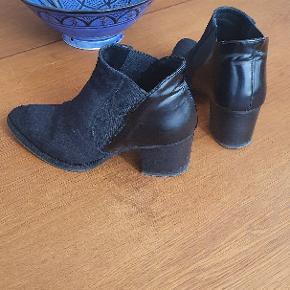 Sorte støvler fra Pavement i str. 38. Hælhøjden er 6,5 cm.