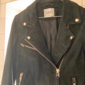Ruskindsjakke fra Envii med sølv trim.  Brugt ca 3-4 gange.  Nypris ca. 2.250 kr.