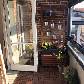 Der er til ca 6 kvadratmeter altan + det løse   Hyndeboks fra ikea Samt plantevæg med hylde og kroge