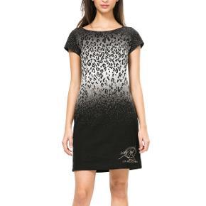 Sælger denne smarte kjole fra Desigual 🌸 i en størrelse large 💫 Fragt: 40,- 📦