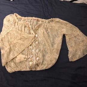 Lækker tunika fra Buch med elastik ved talje. Str M/L Ny u mærke/ prøvet på.   Har ligget i skabet og samlet støv.  Np lidt over 300,-  Sender gerne mod betaling eller afhentes i Køge