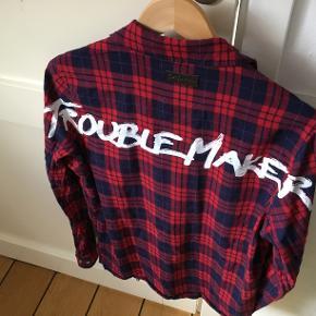 Lækker skjorte, perfekt til et par Jordans. Cond 8