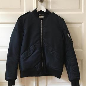 Farve: Dark blue/navy Oprindelig købspris: 9500 kr.  Navy classic SLP bomber jacket.  Great condition.  Fits lite an Acne M. Have the tags. No receipt but can easily be legit checked in the large SLP facebook group.
