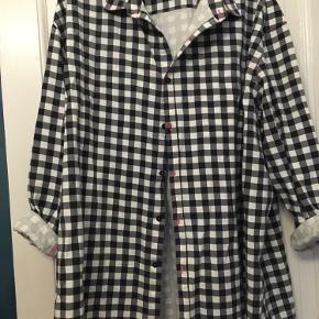 Fed oversize skjorte jakke fra Collusion str 42 sort og hvid tern med pink syninger. Længde 88cm. 100%bomuld. 75kr Kan hentes kbh v eller sendes for 40kr dao