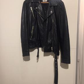 Sælger denne fede læder jakke fra Gestuz med fine detaljer. Modellen hedder Joann.  Se venligst mine andre annoncer.