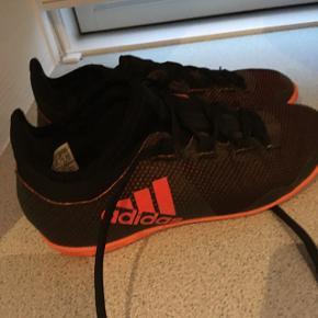 Sælger Adidas indendørs fodboldsko det er fint brugt, men der er ingen huller i eller lign. Str. 33😊