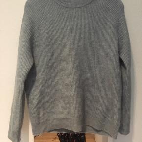 Super fin sweater fra Envii i lyseblå. Jeg er normalt en S og passer den helt fint 😊