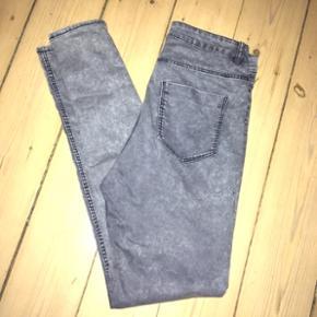 Højtaljede, grå-blå Divided jeans, str. 42. Behagelige med 3% elasthan.