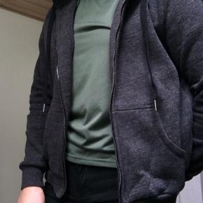 Basic hættetrøje, passer en small fint. Køber betaler selv fragt🌸