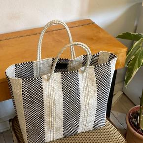 Sælger min fine Truss NYC strandtaske / håndtaske i sort/hvid flet 🦋 Har lidt pletter i bunden (kan ses på tredje billede), som sikkert kan gå væk med en våd klud. Men ellers er det minimalt og kan ikke ses