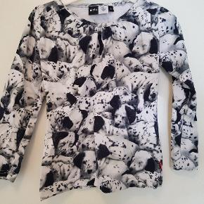 Lækker brugt bluse med dalmatiner print. Der er fnuller som kan ses ved det sorte. Se billede 2.