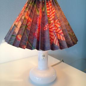 Fin lampe 30 cm høj med skærm