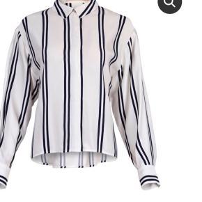 Fed skjorte, desværre for lille. Stadig med mærke.  Ny pris 750,-