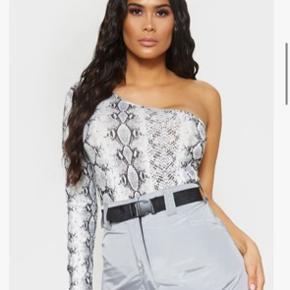 Sælger denne fine slangeprint trøje, helt ny med prismærke