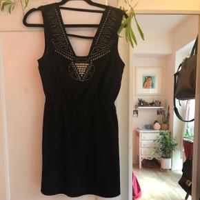 Virkelig flot kjole med detaljer ved brystet fra urban outfitters. Brugt én enkelt. Mp. 400kr