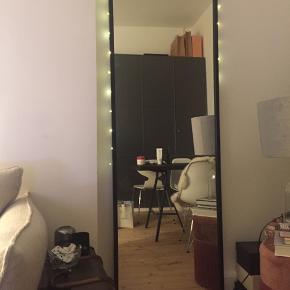Figurspejl / vægspejl / gulvspejl Broste Copenhagen talja spejl m. Sort jernramme. 60*180  Meget lækkert stilrent spejl. Et år gammelt, står som nyt Nypris 1399,-  Afhentes indre københavn Lyskæden er selv sat på, følger ikke med