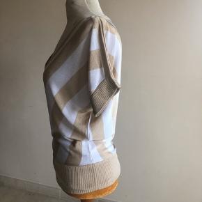 Super fin bluse i tynd viskose strik. Har desværre nogle steder hvor der er blevet revet i tråden. Men synes ikke det er noget der betyder noget. Men derfor jeg sælger den så billigt