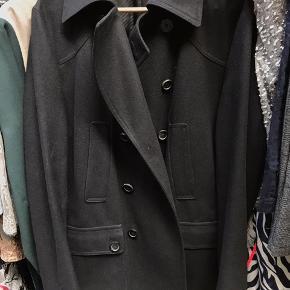 Hugo Boss frakke i sort uld  Fejler intet udadtil men den man bruger til at hænge jakke op med er knækket  BYD