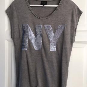 Fin t-shirt med pailletter - brugt få gange