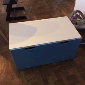 Stuva bænk/bord med blå skuffe. Perfekt til drengeværelset. Brugt men fin stand.