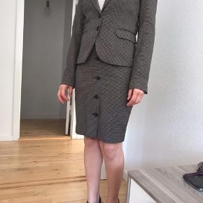 Day og H&M tøj  Blazer og nederdel. Habit. H&M. Virkelig flot figursyet sæt. Brugt 3 gange. Ser ud som nyt.   Strik fra Day. Solgt