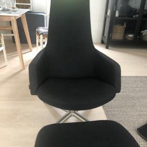 Conform Joy drejestol i stof i koksgrå farve. Stolen har swingback funktion og meget behagelig at sidde i. Brugt en kort periode, og sælges nu pga. pladsmangel. Sælges inklusiv matchende fodskammel. Nypris 8530,- for stol og 2510,- for fodskammel. Bud ønskes, da vi bare står og skal af med den snarest 😊
