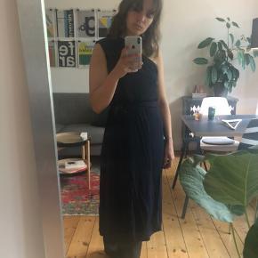 Smuk one-shoulder kjole i lækkert stretch-stof