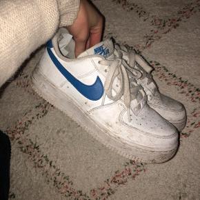 Nike Air Force 1 str 37,5. Trænger til at blive vaskes + slidte indvendig. Byd