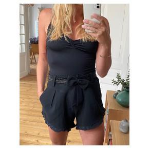 Fantastiske shorts med perlebesat  bælte der kan tages af  Se også mine andre annoncer eller følg mig på Instagram @2nd_love_preowned_fashion