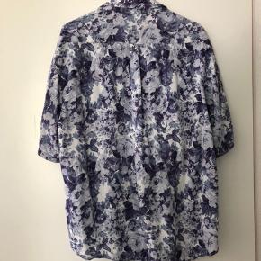 Fin skjorte med korte ærmer og lilla blomster💜 Købt i genbrug Perfekt stand