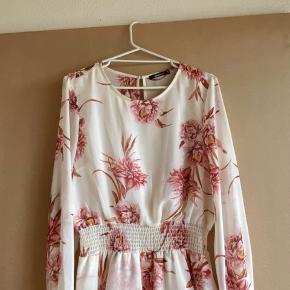 Ny flot sommer kjole fra gina, kun haft på 1 gang i et par timer, lille i størrelsen, ville kunne passes af en stor M-L