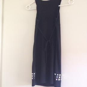 Rigtig fin kjole i sort med sølv fra USA, står str. 10 i den, mærke Limited Too.
