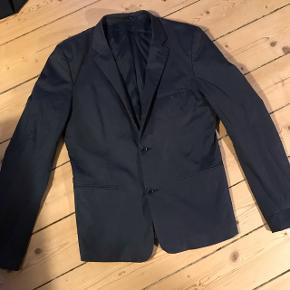 Flot mørkeblå blazer fra Suit i str. 48 - svarer til medium :)
