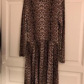 Leopard kjole med skjulte sidelommer fra Milk Cph. Rigtig lækker kvalitet. 95% viscose og 5% elasthan. Sender gerne.
