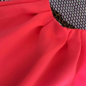 Nederdel i scuba lignende materiale. Sidder megaflot til en bluse med godt print. Str 158-164. Kun brugt et par gange.