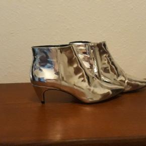 Zara Woman støvlet, str. 37. Støvlerne er af syntetisk læder, udvikling og indvendig, hælen er 6 cm høj.