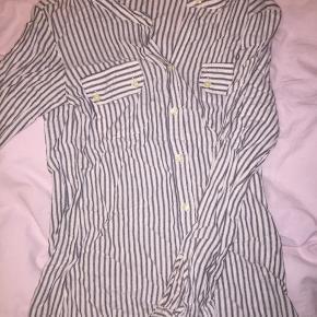 Sælger denne flotte skjorte da den er for lille til mig. Skjorten er i det lækreste silke materiale.  Størrelsen på skjorten er ikke opgivet men vil anslå den til at passe en 36:)  Byd gerne - SÆLGES BILLIGT