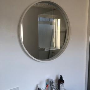 Rundt spejl fra Moodings. Måler ca 58,5 cm i diameter. Spejlet er et halvt år gammelt og har blot hængt på badeværelset. Derfor er spejlet som nyt og fejler intet. Sælges kun fordi, vi vil have et i sort. Nypris 799.