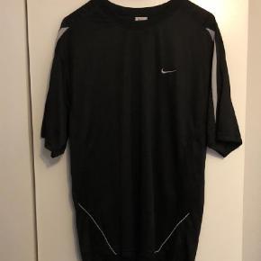 Varetype: T-shirt Størrelse: XXL Farve: Sort Oprindelig købspris: 250 kr.  Sort Nike sportstrøje. Velegnet til løb samt andre former for sport og motion.  Condition 6-7/10 Fin stand, ingen huller eller pletter. Kun brugt til at sove i engang + et par enkelte løbeture. Fitter en XL/XXL  Sælges pga. oprydning og for lidt brug.  Køber betaler fragt.  Bud modtages - mængderabat gives