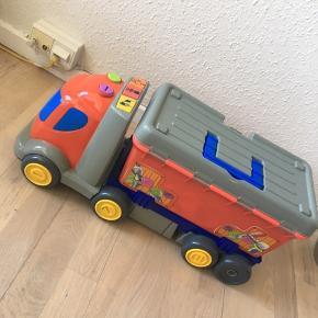 """Bil med lille kasse hvor der kan ligge noget i - den godt lukkes, men ikke """"låses"""" den kan sige lyde 🌸"""