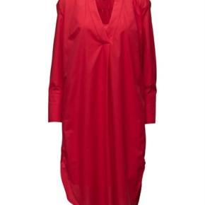 MB - Skjortekjole style isslanias med tilhørende underkjole str. 36 (passes også af en str. 38) Ny pris pr. Stk. 2000 kr. Sælges samlet for 1400 kr. Bytter ikke.