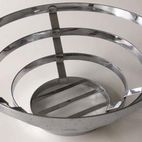 Rustfri metal frugtskål  Diameter 30 cm og højden 12 cm.  Pris 25 kr