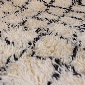 Håndknyttet tykt og langhåret beni ouarain tæppe fra Marokko. Har aldrig været brugt. Måler 290 x 195 cm