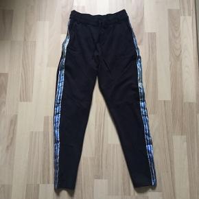 Fine bukser fra Only med striber i siden. :-)