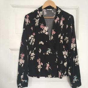 Dette kan både bruges som en skjorte og som en blazer.  Flot lyserødt blomstermønster på.   Nypris: 450 kr 97% viskose & 3% elastan.