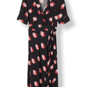 Smuk kjole fra Ganni med røde blomster. Fremstår i super god stand, og er en størrelse large, men passer mig perfekt og jeg er en S-M.