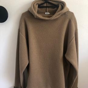 Lækker Filippa K Hoodie i boiled wool,  100% Uld, farve: camel Herre str.: L Nypris: 2.200kr