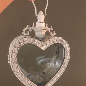 Sød hjerte lanterne med lækkert patina look. Vi har desværre ikke plads til at have den hængende.  Kan hentes for 200kr.