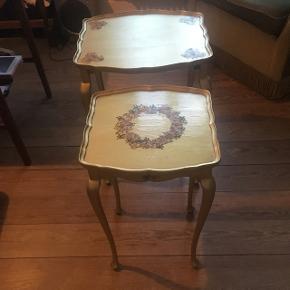 To små fine borde i retro look i romantisk stil. Guldfarvet med blomster. Den store måler 41*38 og er 54 cm høj. Den lille måler 32*32 og er 51 cm høj.